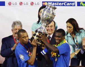 Gilberto Silva e Juan alzano la Coppa nel 2007