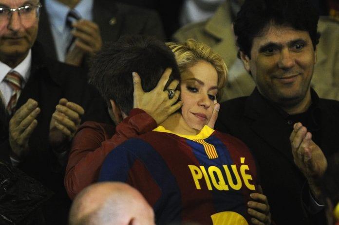 Piquè e Shakira in posa con il pancione per l'Unicef