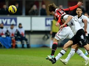 Il decisivo colpo di testa di Bojan per il vantaggio del Milan sul Siena | ©Alberto Pizzoli/Getty Images