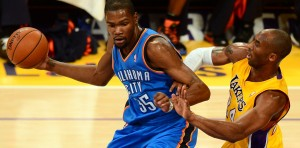 Kevin Durant contro Kobe Bryant | ©FREDERIC J. BROWN/AFP/Getty Images
