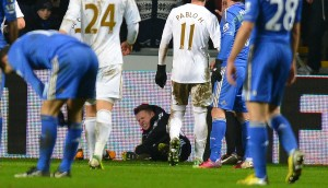 Il raccattapalle inglese a terra in Swansea-Chelsea | ©ANDREW YATES/AFP/Getty Images