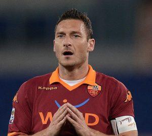 Francesco Totti incredulo dopo la pesante disfatta contro il Cagliari | ©Filippo Monteforte/AFP/Getty Images