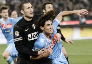 Il duello Chiellini-Cavani ha animato Napoli-Juventus | ©ROBERTO SALOMONE/AFP/Getty Images