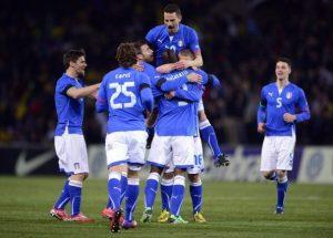 Gli azzurri esultano dopo il gol di Balotelli