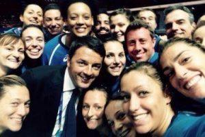 Matteo Renzi insieme alle azzurre a Milano durante i Mondiali  Foto Twitter