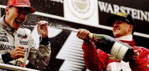 Una delle tante immagini del podio con i due ex rivali Mika Hakkinen e Michael Schumacher | Foto Twitter